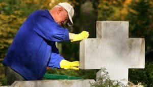 Sprzątanie grobów jesienią